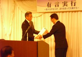 シニアクラブ山下恭二直前会長への記念品の贈呈